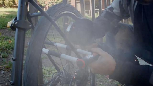 Slim fietsslot geeft stank af als hij wordt doorgeknipt