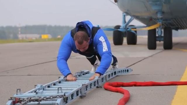 Wit-Russische gewichtheffer trekt helikopter over twintig meter afstand
