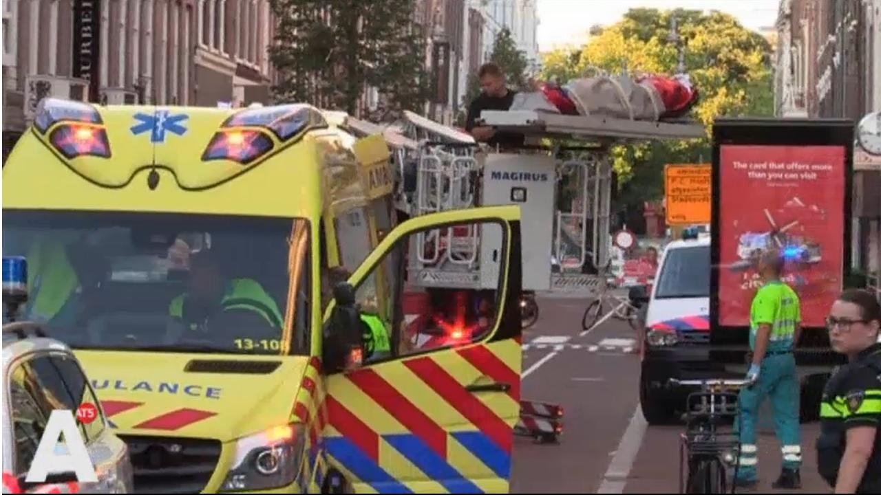 Man zwaargewond na val van vijftien meter uit dakgoot