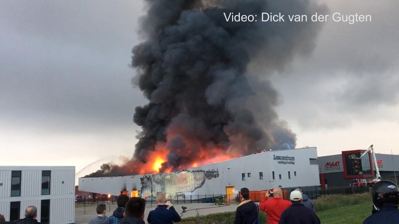 Grote vlammen bij brand lasbedrijf in Alblasserdam