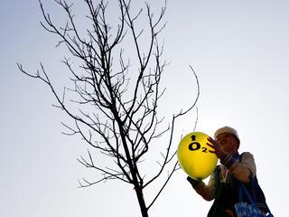 Twee 100-jarigen mogen een boom planten
