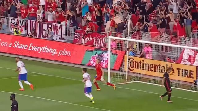 Italiaan Giovinco scoort uit vrije trap voor Toronto FC