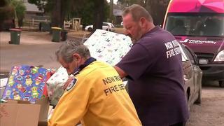 Australiërs delen kerstcadeaus uit aan brandweerlieden