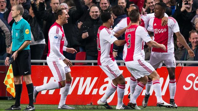 Bazoer schiet Ajax naar kleine zege op Vitesse