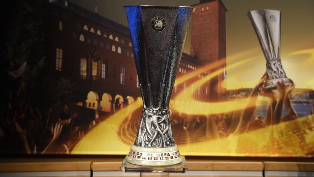 Ajax krijgt trofee uitgereikt op veld bij winst in Europa League-finale