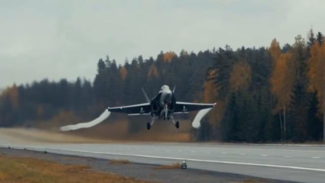 Bommenwerper F/A-18 Hornet gebruikt autoweg als startbaan in Finland