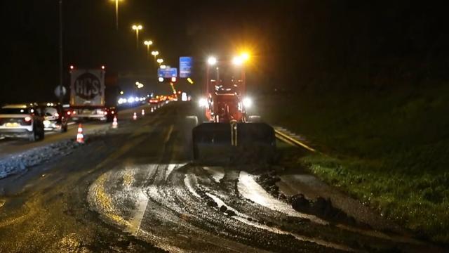 File op A27 door dikke laag modder op de weg