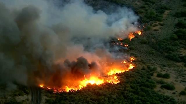 Grote cactusbrand zorgt voor dikke rookwolken boven Arizona