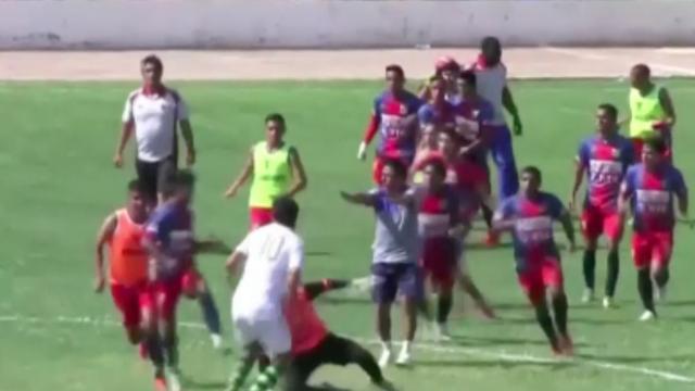 Spelers en fans op de vuist bij duel in tweede divisie Peru