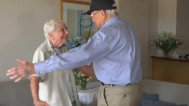 Veteraan valt na 70 jaar in armen van geliefde