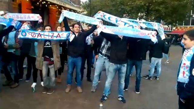 Celta de Vigo-supporters zingen op de Nieuwmarkt