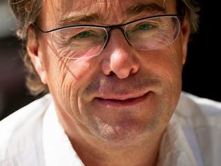 Oud-hoofdredacteur van NOS Journaal is voor minimaal een jaar aangesteld