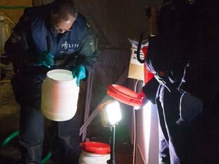 'Wietkwekerij' uit melding bleek flessen en vaten chemicaliën te bevatten