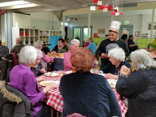 Kinderen trakteren ouderen op pannenkoekendag