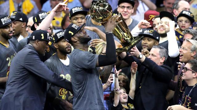 James leidt Cleveland Cavaliers naar historische NBA-titel