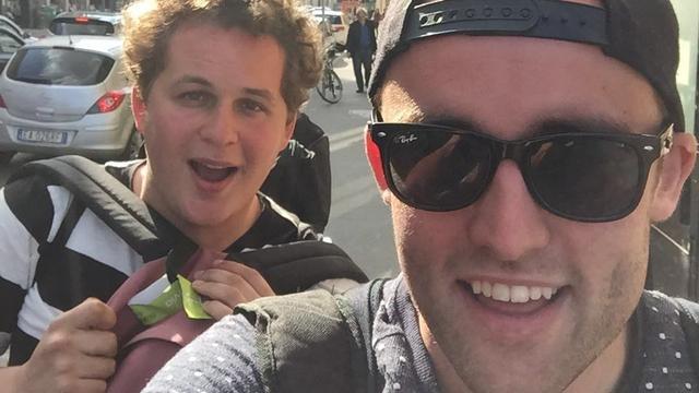 Groningse studenten halen 1.400 euro op door te liften van Rome naar Groningen