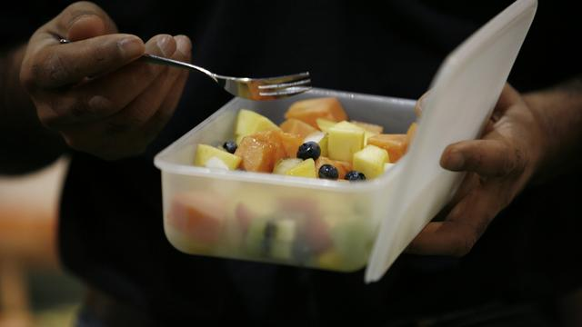 NUcheckt: Kan voorgesneden fruit in plastic bakjes weken oud zijn?