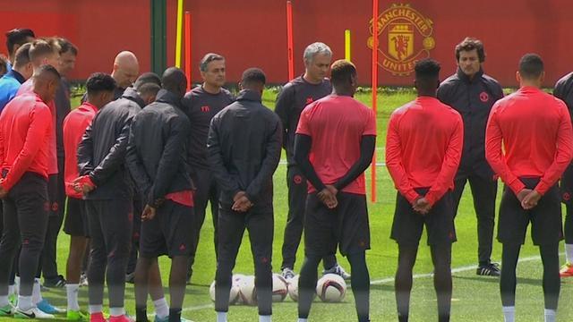 Manchester United houdt minuut stilte voor slachtoffers aanslag