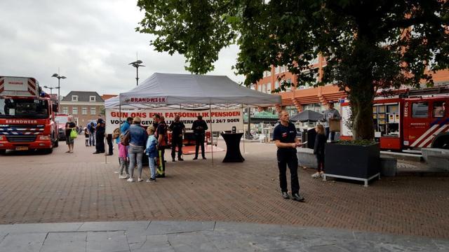 Brandweer Alphen werft handtekeningen op Rijnplein