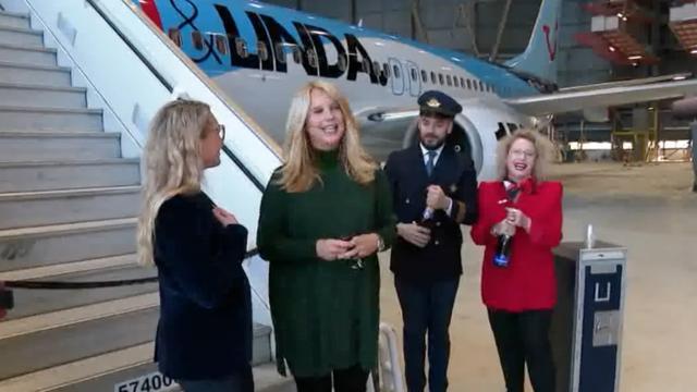 Linda de Mol doopt vliegtuig ter ere van jubileum