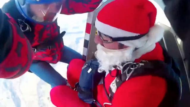Kerstmannen brengen cadeaus met parachute naar Amatrice