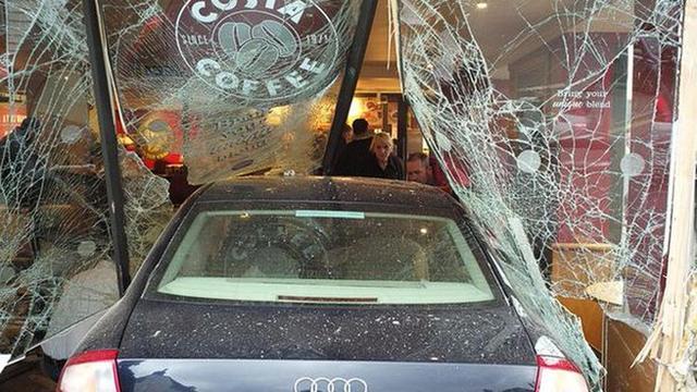 Dode en gewonden na binnenrijden auto in Engelse koffiebar