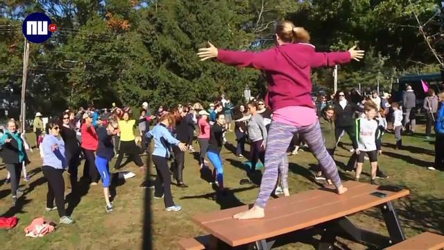 Vrouwen in Rhode Island de straat op om yogabroek