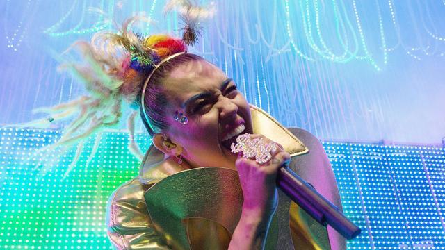 Pamela Anderson op het podium met Miley Cyrus