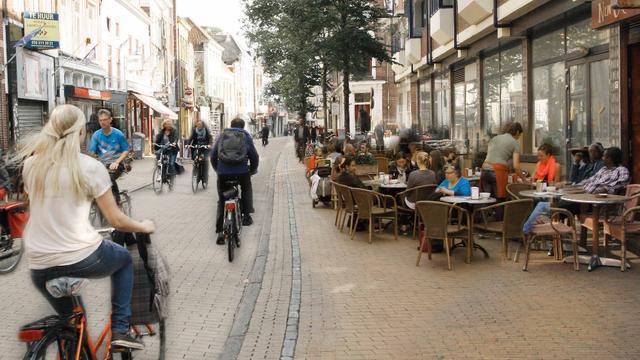 Fotoborden in stad vertellen verhaal Groningse fietsstrategie