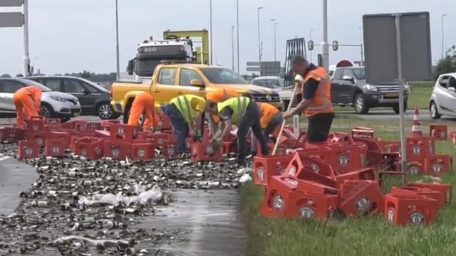 Tientallen kratten bier uit vrachtwagen gevallen bij Echteld