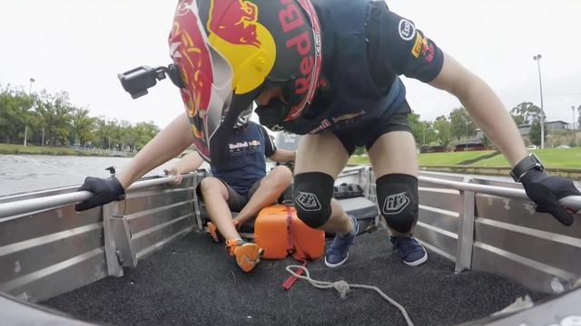 Verstappen en Ricciardo racen in speedboten in Australië