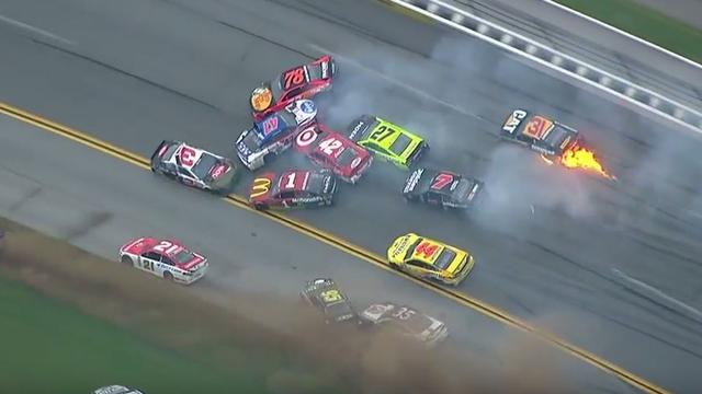 Crash met 21 auto's in NASCAR