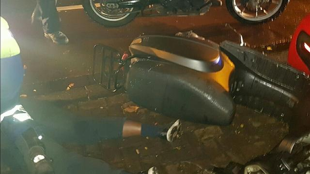 Criminelen crashen vluchtscooter na inbraak tegenover politiebureau