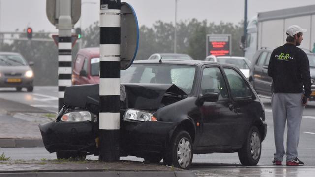Automobilist botst op lantaarnpaal