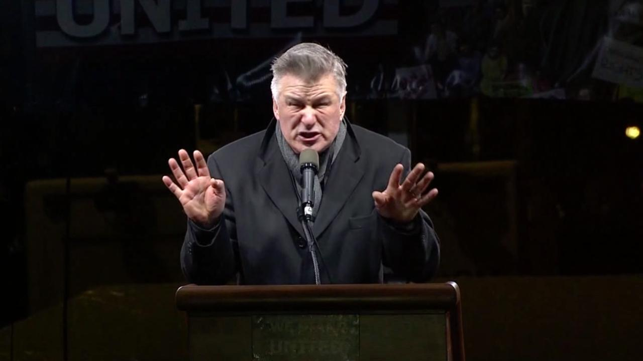 Alec Baldwin imiteert Trump tijdens protestbijeenkomst in New York