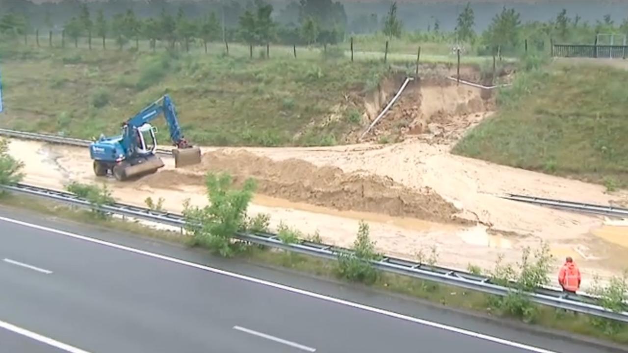 A74 bij Venlo gedeeltelijk dicht door modder op weg