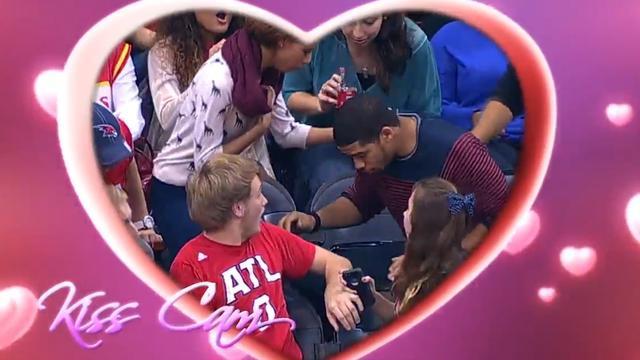 Man raakt ring kwijt tijdens huwelijksaanzoek op Kiss Cam