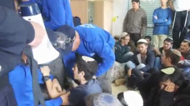Israëlische veiligheidstroepen begonnen met ruimen woningen Ofra