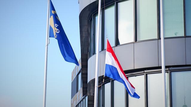 Vlag halfstok bij politiebureau voor collega Mario
