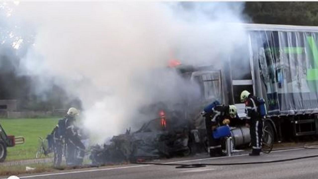 Dode nadat vrachtwagen inrijdt op file op de A7 bij Joure