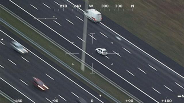 Vrachtwagen botst op slagboom A8, snelweg kort dicht