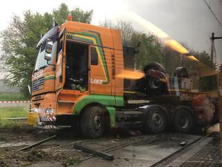 Voorste treinstel bij de botsing ontspoord, chauffeur van de vrachtwagen is ongedeerd