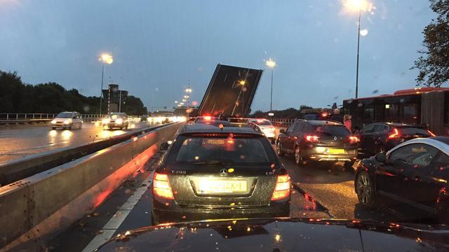 A9 kort dicht richting Amstelveen bij afrit Aalsmeer door kapotte brug