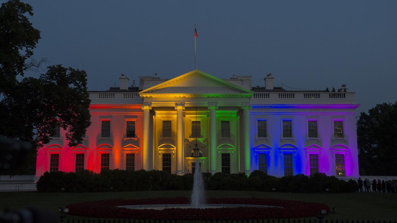 Witte huis verlicht met regenboogkleuren om homohuwelijk vs nu het laatste nieuws het eerst for De ingang van het huis