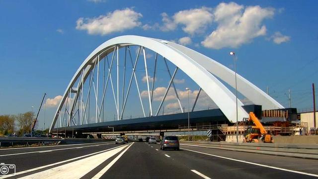 A1 zaterdagochtend weer open na plaatsing spoorbrug Muiderberg