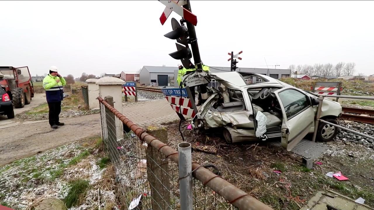 Ravage na aanrijding trein met auto in Harlingen