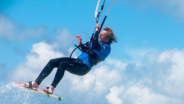Kitesurfer raakt gewond aan been aan de Oesterdam
