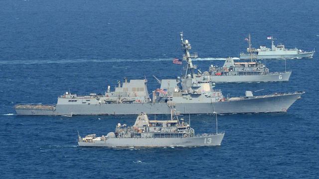 Marine VS vaart langs omstreden eilandjes in Chinese zee