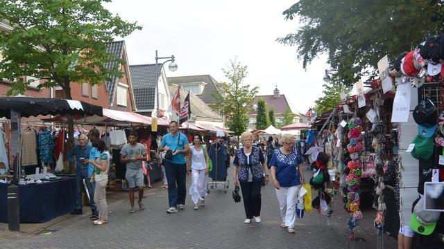 Drukte bij zomeravondmarkt Sint Willebrord