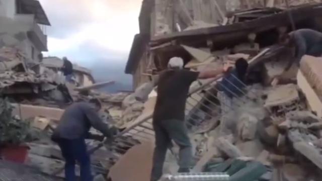 Italianen zoeken naar overlevenden tussen het puin